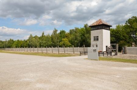 elektrischer Zaun: Blick auf den Turm und dem elektrischen Zaun-System