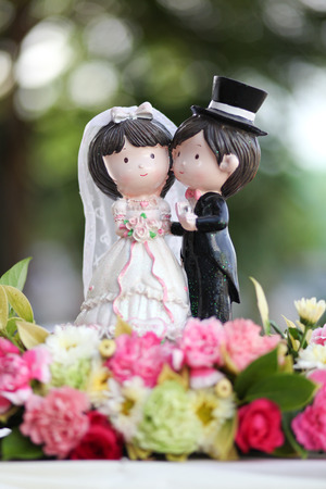 figurines of the bride and groom on a wedding cake Imagens