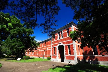 escuela edificio: Edificio de la escuela de ladrillo rojo en Kumamoto universidad, Prefectura de Kumamoto, Japón