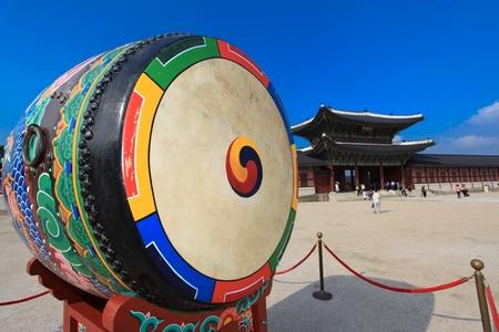 tambor: Tambor tradicional coreana llamada buk, con el símbolo de Taegeuk Foto de archivo