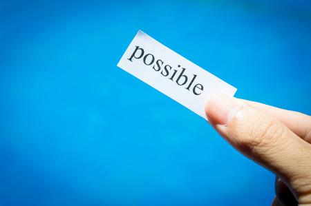 Maneje papel blanco con texto posible, los conceptos de éxito de negocio