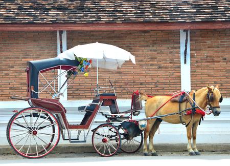 ワット ・ プラ ・、ランパン ルアン、ランパーン県、タイ、旅行タイの概念のランナー様式の仏教寺院で馬車運送、ランパーン、タイ、