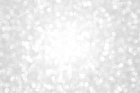 Luces de Navidad brillantes plateadas y blancas. Fondo abstracto borroso