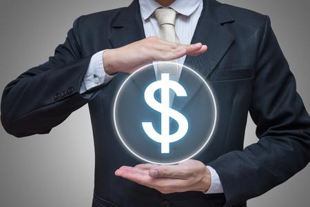 signos de pesos: El hombre de negocios de pie postura de la mano que sostiene s�mbolos financieros aisladas sobre fondo gris
