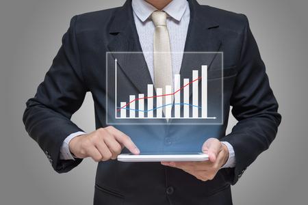 gerente: Mano de empresario gr�fico tableta holding financiero aislado en fondo gris