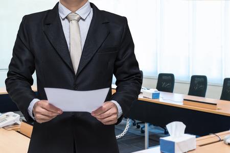Homme d'affaires debout main tenant le papier sur la salle de réunion de fond Banque d'images - 47270154
