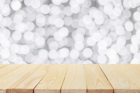 Houten tafel op een witte achtergrond bokeh