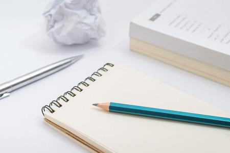 Carnet vierge avec un crayon sur fond blanc Banque d'images - 59796493