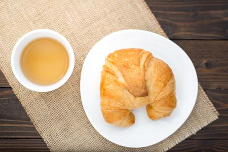 Croissants frais cuits avec du thé Banque d'images - 60851276