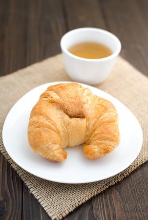 Croissants frais cuits avec du thé Banque d'images - 60851621