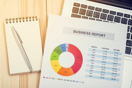 Rapport financier avec un ordinateur portable et ordinateur portable. Comptabilité Banque d'images - 60851643