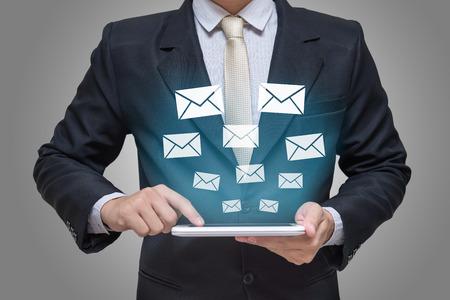 Businessman main tenant des messages de comprimés ou lettre sur fond gris Banque d'images - 61740790