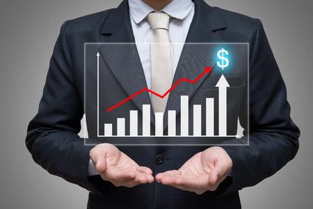 Homme d'affaires debout posture main tenant finance graphique isolé sur fond gris Banque d'images - 61740801