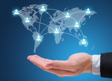 Main d'homme d'affaires sur le réseau social isolé sur fond bleu Banque d'images - 71132141