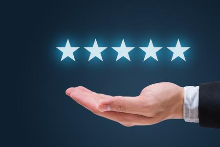Main d'homme d'affaires tenant cinq étoiles isolées sur fond bleu Banque d'images - 71132140