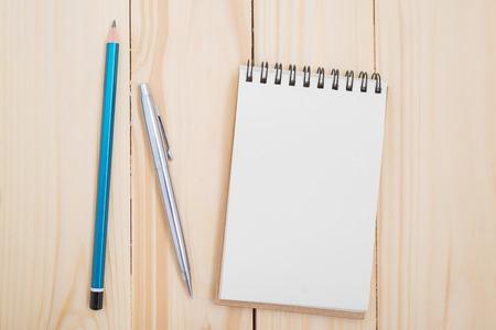 Blank notebook avec un stylo et crayon sur la table en bois Banque d'images - 71055393