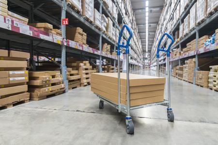 Boîtes sur chariot de stockage dans l'entrepôt Banque d'images - 89943331