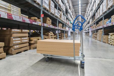 Boîtes sur chariot de stockage dans l'entrepôt Banque d'images - 89934529