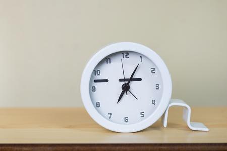 Horloge blanche sur la table en bois Banque d'images - 90017450