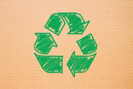 reciclar: logo de reciclaje en el fondo de papel marr�n