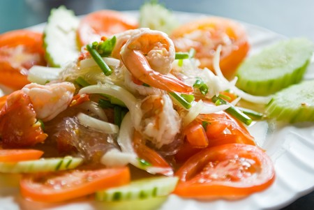 gamba: Ensalada de marisco tailand�s en un plato blanco  Foto de archivo