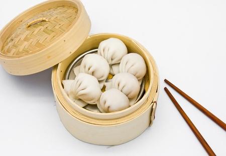 bollos: Dimsum de dumplings de camar�n al chino de vapor en la cocina tradicional de contenedores de bamb�
