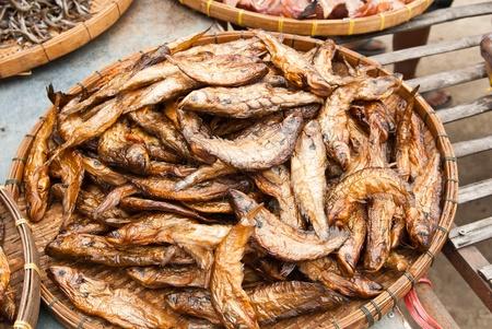 sheatfish: Siluros en seco, en un c�rculo en el plato de bamb�, Siluridae
