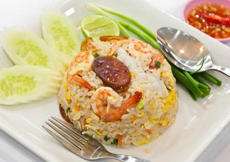 plat chinois: riz frit aux crevettes et aux l�gumes et saucisses