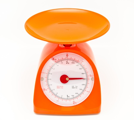 balanza en equilibrio: balanza de cocina los alimentos aislados sobre fondo blanco