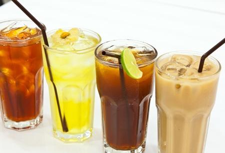 t� helado: bebida en un vaso sobre la mesa Foto de archivo