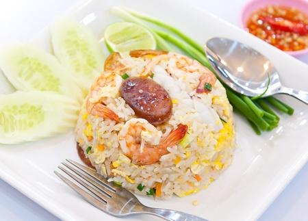 japon food: riz frit aux crevettes et l�gumes et saucisses Banque d'images