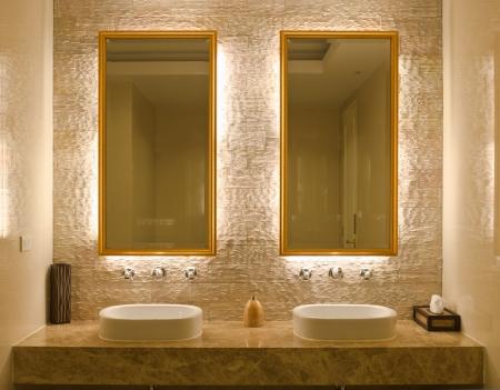 bathroom tiles: Interior design moderno stile di un bagno
