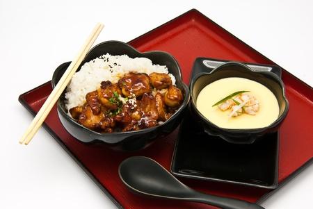 ご飯、鶏の照り焼きと中国の蒸気の白い背景上に卵します。