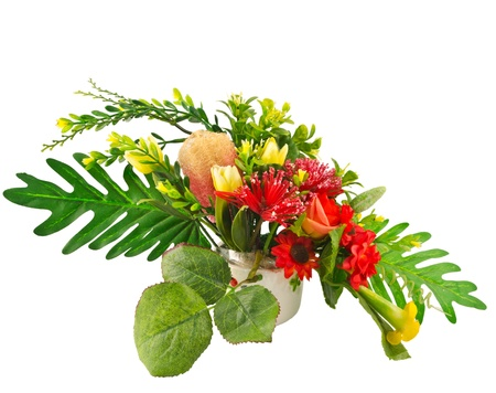 arreglo floral: Arreglo colorido de flores artificiales en el fondo blanco