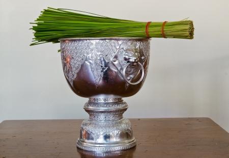 rituales: cuenco de limosnas monje agua bendita, los rituales budistas.