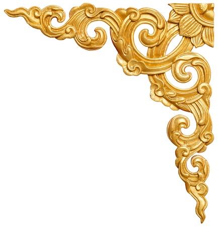 伝統的なタイ様式のパターンは装飾的なゴールド スタッコ塗りのタイの寺院で白い背景で隔離されました。 写真素材