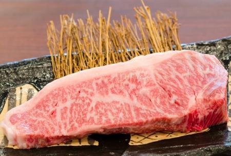 レストランでは、牛王のプレートにバーベキューのクローズ アップ鮮度日本神戸松阪牛霜降り 写真素材
