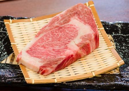Close up Freschezza marmorizzato sul giapponese manzo Kobe Matsusaka per barbecue Sul Piatto Archivio Fotografico - 25107563