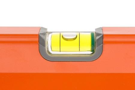 close up oranje waterpas op een witte achtergrond.