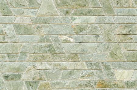 trapezoid: patr�n de color del dise�o moderno estilo decorativo verde pizarra superficie de la pared de piedra con cemento en forma de trapecio Foto de archivo