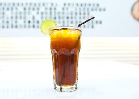 t� helado: beber una Copa en la tabla Foto de archivo
