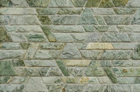 trapezoid: patr�n de color de la superficie de la pared decorativa piedra de pizarra verde dise�o de estilo moderno con cemento en forma trapezoidal Foto de archivo