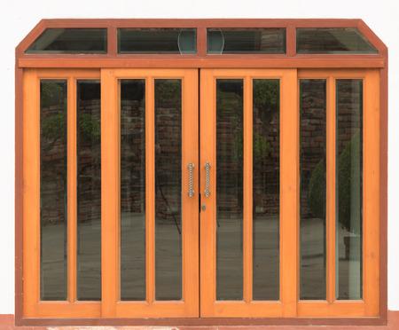 espejo: cerrar la puerta de madera en el fondo blanco Foto de archivo