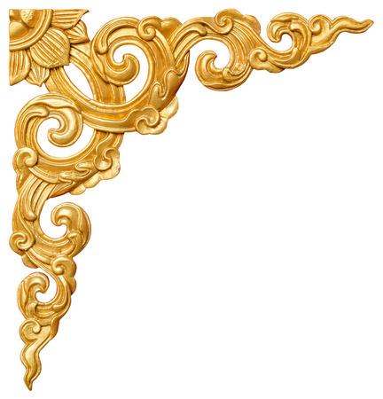 Motif traditionnel de style thaïlandais décoratif isolé sur fond blanc, stuc peinture d'or dans le temple, en Thaïlande. Banque d'images - 45157983