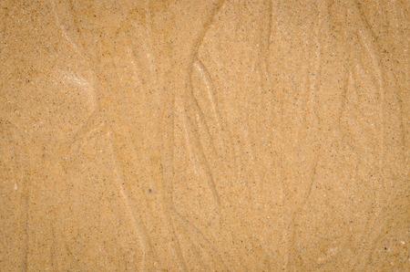 abstrakte muster: Nahaufnahme Natur Hintergrund von Wasserlauf nassen Sand Muster von einem Strand im Sommer
