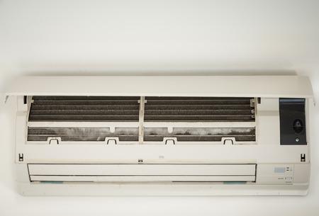 コイルに氷をクローズ アップ汚れたエアコンのクーラー 写真素材