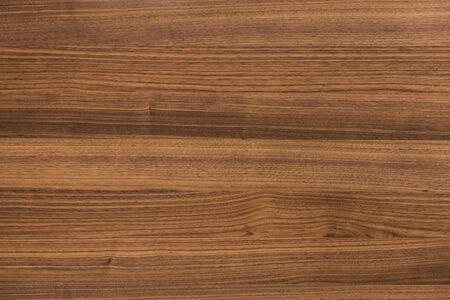 Hintergrund und Textur der dekorativen Möbeloberfläche aus Walnussholz Standard-Bild
