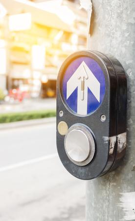 paso de cebra: Botón viejo del paso de peatones.