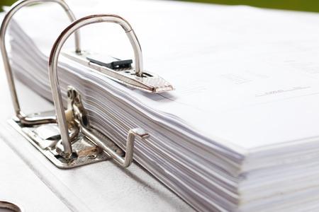 Nahaufnahme eines Geschäftsdateiordners mit Dokumenten, Lagerung von Verträgen. selektiver Fokus.