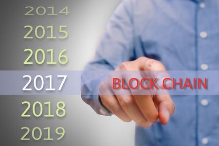 La mano del hombre texto de bloque de la cadena de puntero, el hombre del cuerpo, el empresario cepillado de 2017. Los planes de negocio de año nuevo concepto y objetivos.